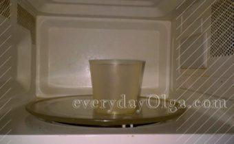 стакан с водой в микроволновке